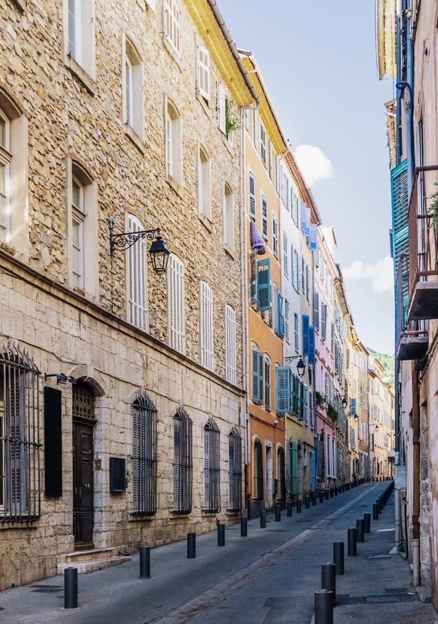 Kleurrijke huizen op smal Rue van straatgrande in Draguignan, Kooi D ` Azur, Frankrijk op zonnige dag stock afbeelding