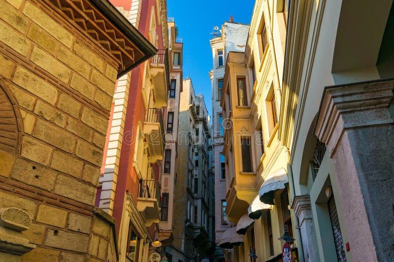Kleurrijke huizen op smalle straten van oud Istanboel stock foto's