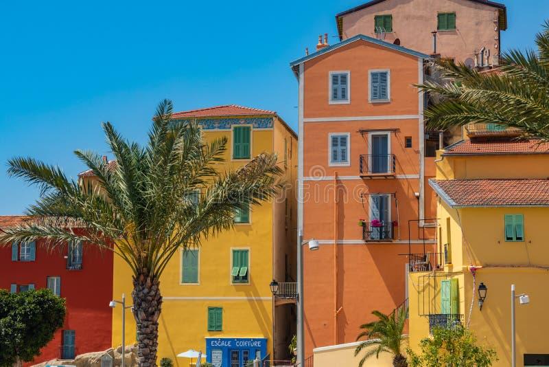 Kleurrijke huizen in oude stadsarchitectuur van Menton op Franse Riviera Provence-Alpes-kooi D ` Azur, Frankrijk stock foto's