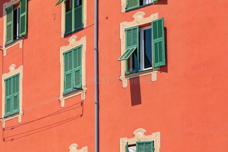 Kleurrijke huizen in oude stadsarchitectuur van Menton op Franse Riviera Provence-Alpes-kooi D ` Azur, Frankrijk royalty-vrije stock foto