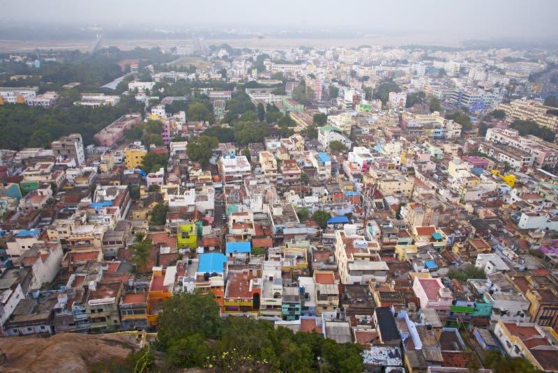 Kleurrijke huizen in overvolle stad Trichy stock foto's
