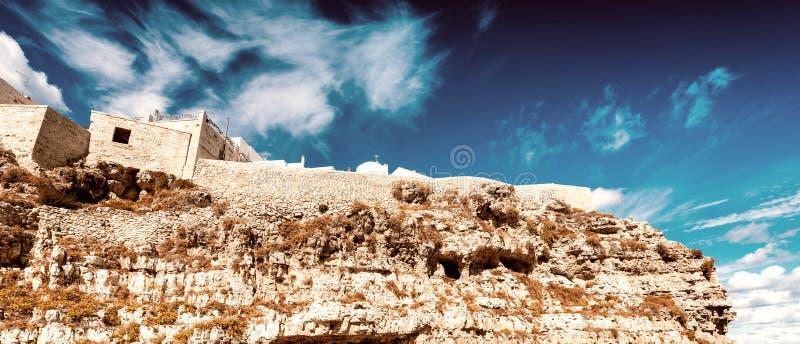 Kleurrijke huizen van Polignano een Merrie, Apulia - Italië stock foto's
