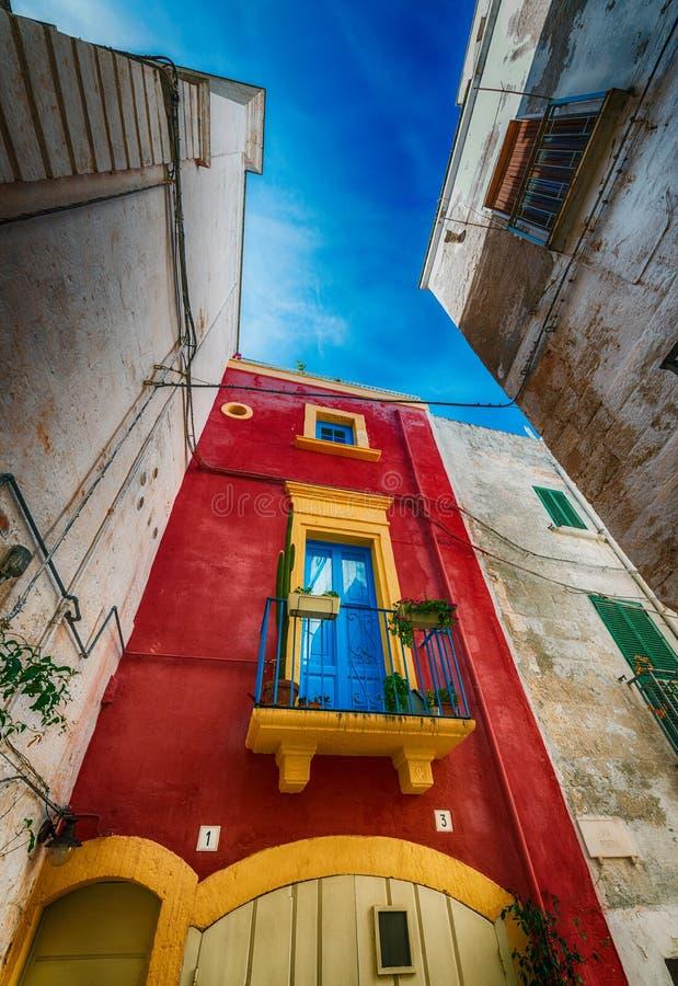 Kleurrijke huizen van Polignano een Merrie, Apulia - Italië royalty-vrije stock foto's
