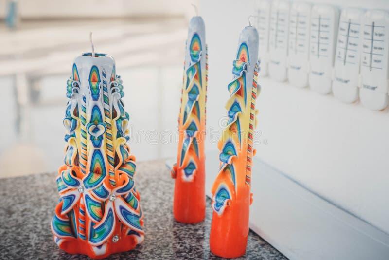 Kleurrijke huwelijkskaarsen stock foto