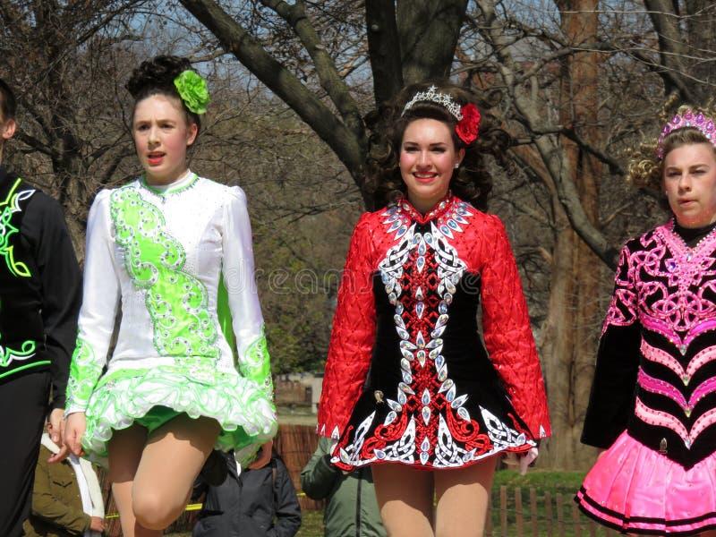 Kleurrijke Ierse Meisjes die op de Dag van Heilige dansen Patrick ` s stock foto's