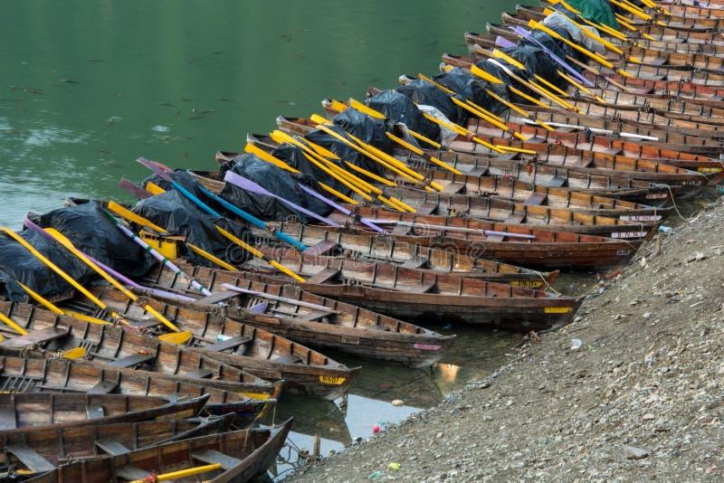 Kleurrijke Indische rijboten in Nainital-meer in Uttarakhand India stock foto