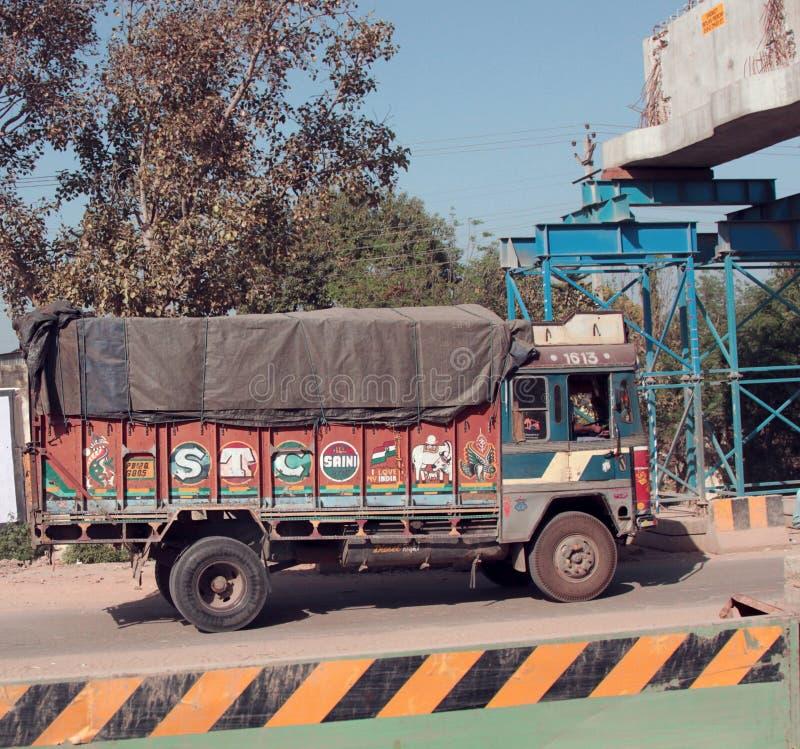 kleurrijke Indische vrachtwagens op de weg royalty-vrije stock foto