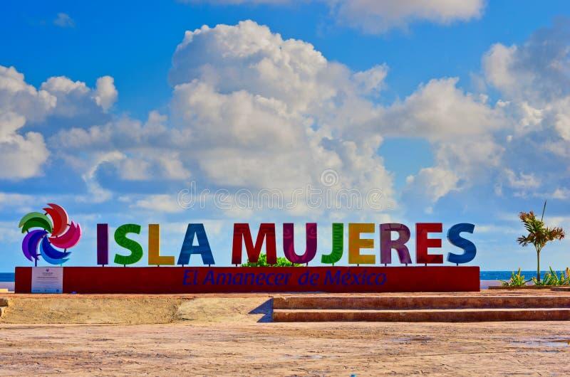 Kleurrijke inschrijving Isla Mujeres op Caraïbische overzeese kust royalty-vrije stock fotografie