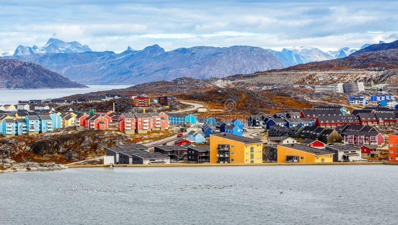 Kleurrijke Inuit-gebouwen in woondistrict van Nuuk-stad met meer in de voorgrond royalty-vrije stock foto