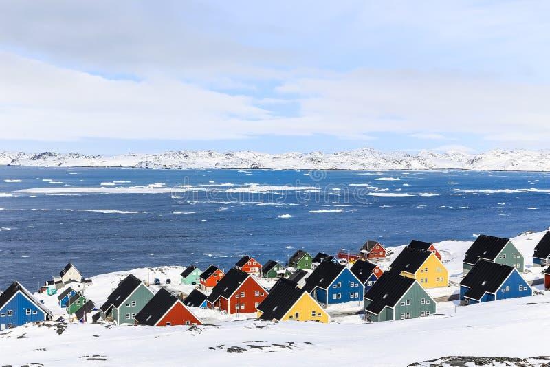 Kleurrijke Inuit-huizen bij de fjord, Nuuk stock afbeelding