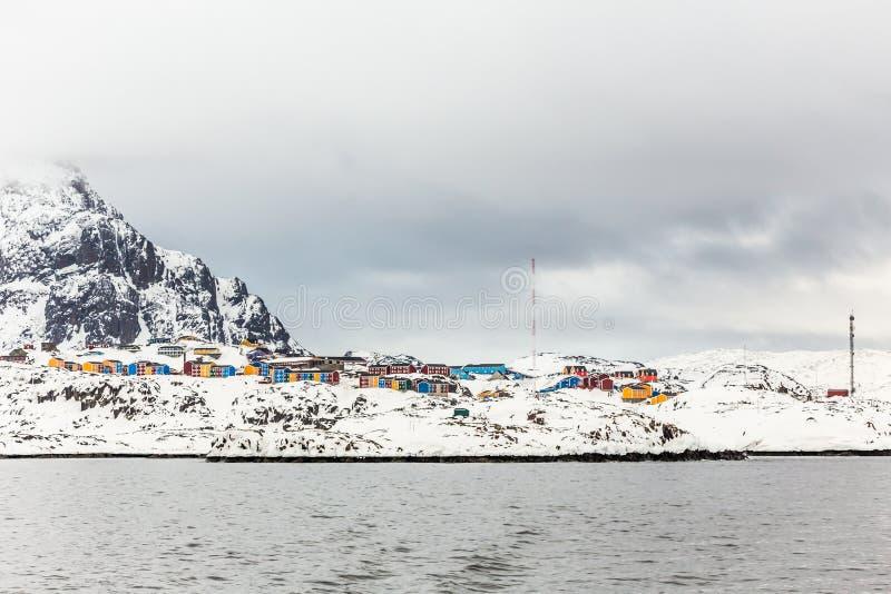 Kleurrijke Inuit-huizen van Sisimiut-stad, mening van de fjord, Gre stock foto