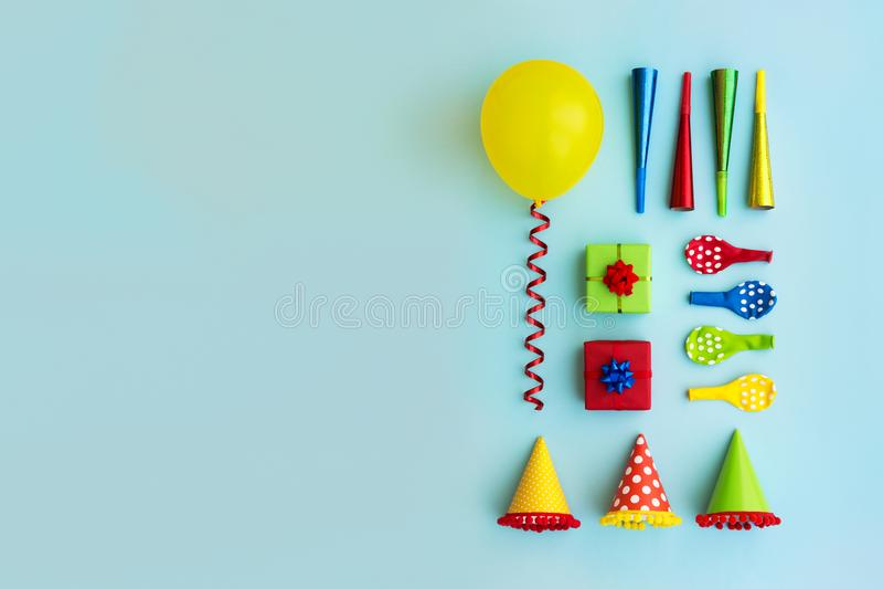 Kleurrijke inzameling van de voorwerpen van de verjaardagspartij royalty-vrije stock afbeelding