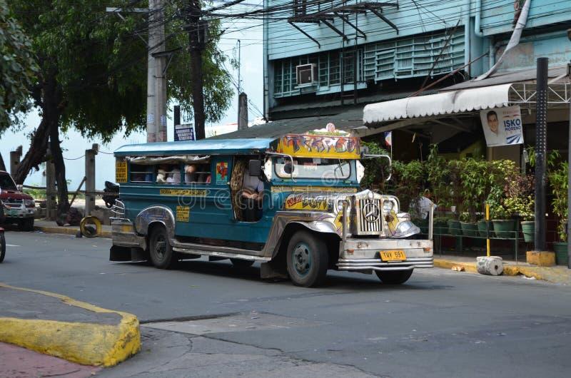 Kleurrijke Jeepney in Manilla stock foto