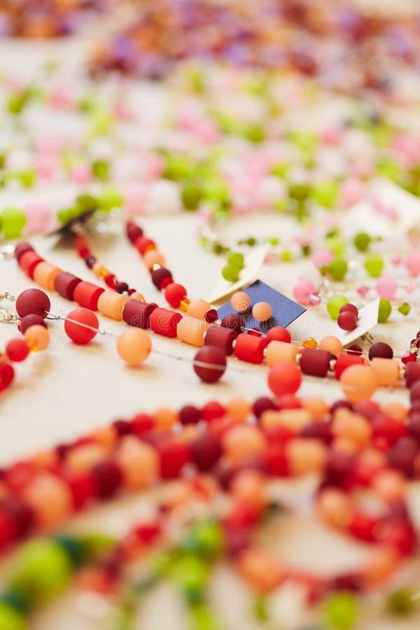 Kleurrijke juwelen op vertoning voor stock fotografie