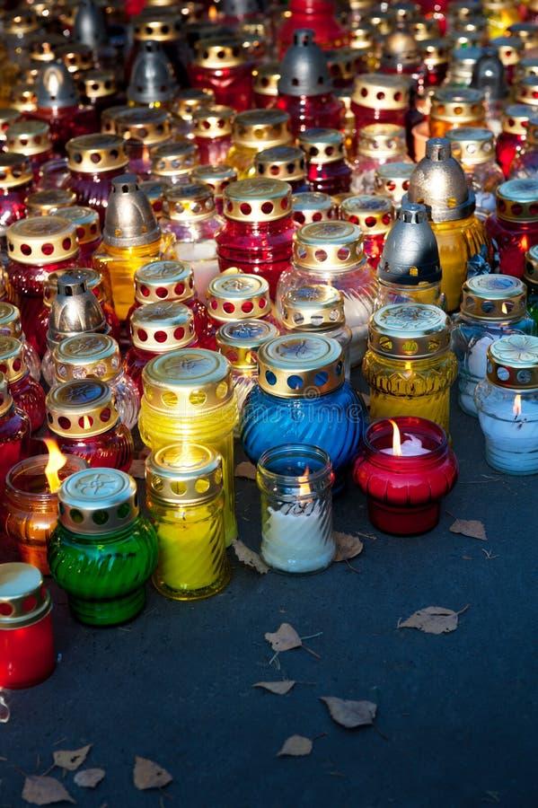 Kleurrijke kaarsen op begraafplaats royalty-vrije stock afbeelding