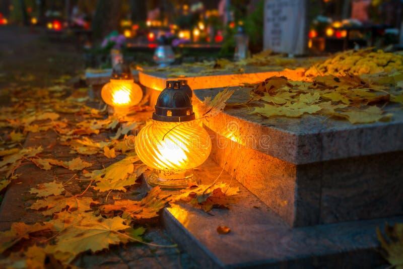Kleurrijke kaarsen op de begraafplaats stock fotografie