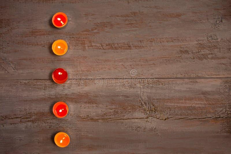Kleurrijke kaarsen op de houten raad royalty-vrije stock foto's