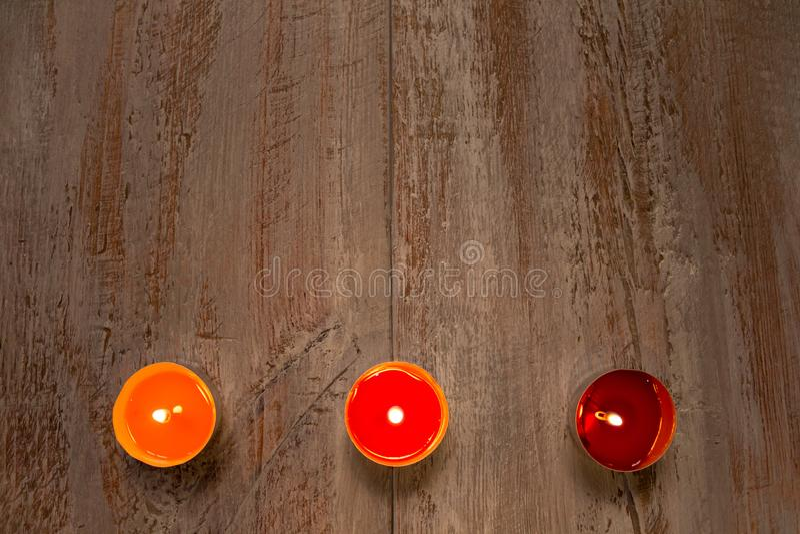 Kleurrijke kaarsen op de houten raad royalty-vrije stock afbeelding