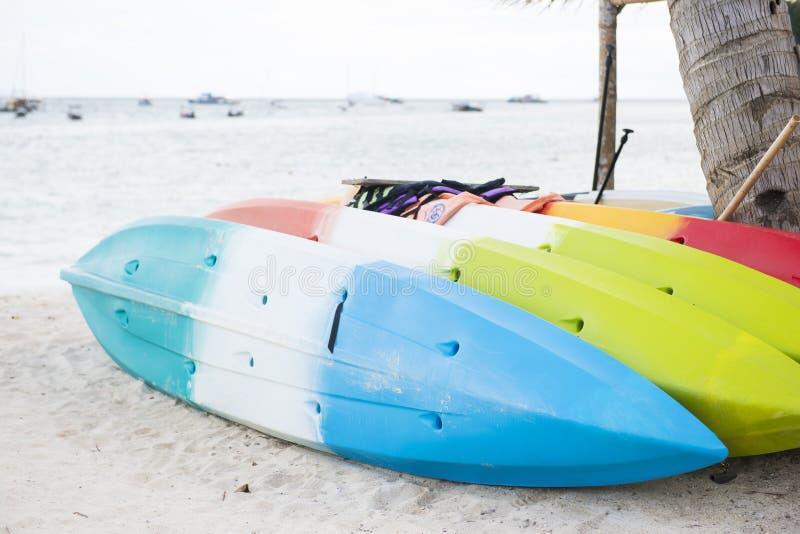 Kleurrijke kajak op het strand stock afbeelding