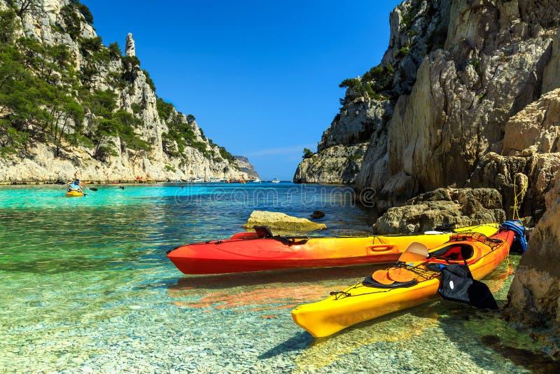 Kleurrijke kajaks in de rotsachtige baai, Cassissen, dichtbij Marseille, Frankrijk, Europa royalty-vrije stock fotografie