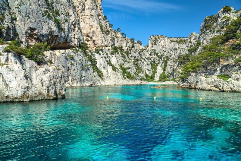 Kleurrijke kajaks in de rotsachtige baai, Cassissen, dichtbij Marseille, Frankrijk, Europa royalty-vrije stock foto