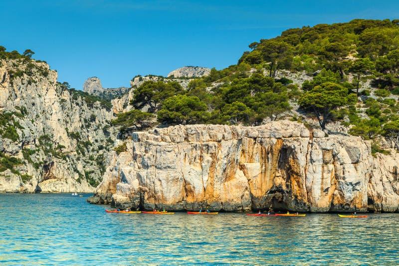 Kleurrijke kajaks in de rotsachtige baai, het nationale park van Calanques, Frankrijk stock foto's