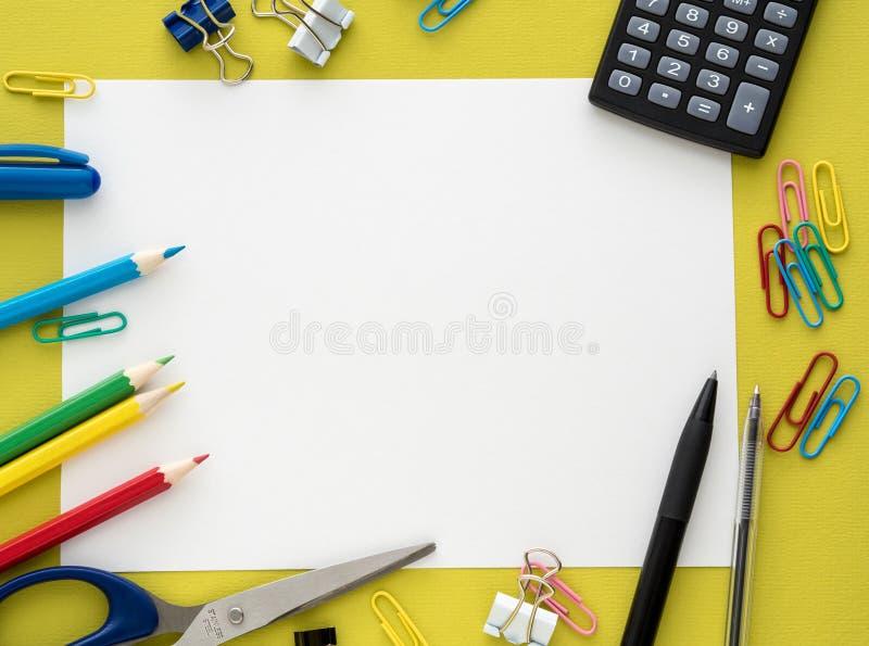 Kleurrijke kantoorbehoeften op yelowachtergrond royalty-vrije stock afbeelding