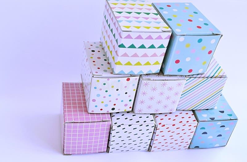 Kleurrijke kartondozen op witte achtergrond royalty-vrije stock foto