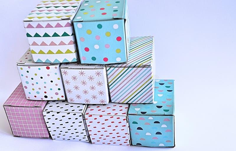 Kleurrijke kartondozen op witte achtergrond stock afbeeldingen
