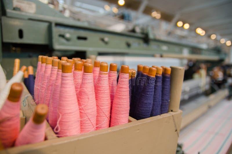 kleurrijke katoenen draden voor uitstekend automatisch weefgetouw stock foto's