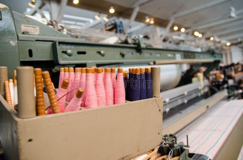 kleurrijke katoenen draden voor uitstekend automatisch weefgetouw stock foto