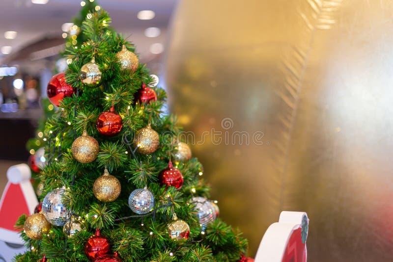 Kleurrijke kerstdecoratie met een kaars op de baard stock fotografie