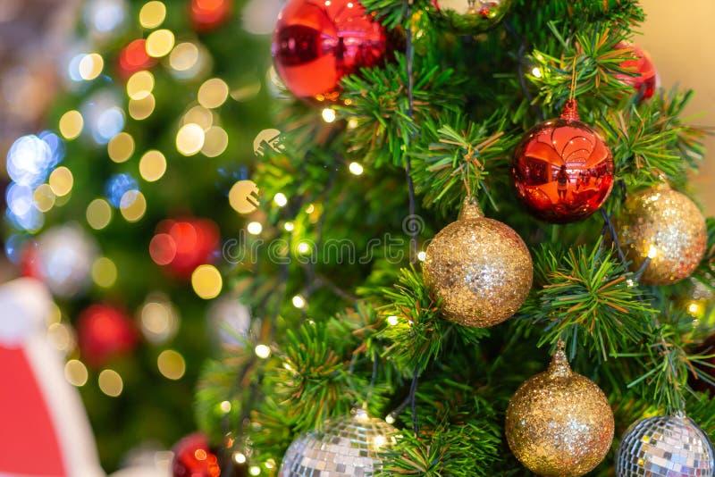 Kleurrijke kerstdecoratie met een kaars op de baard stock foto's