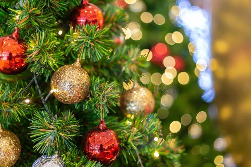 Kleurrijke kerstdecoratie met een kaars op de baard royalty-vrije stock afbeelding