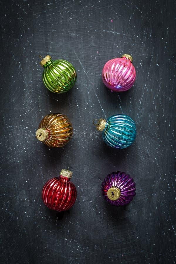 Kleurrijke Kerstmisballen op zwart bord van hierboven royalty-vrije stock afbeeldingen