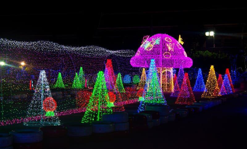 Kleurrijke Kerstmislichten in Asiatique 's nachts, het Riverfront-Fabrieksdistrict in Bangkok, Thailand stock afbeelding