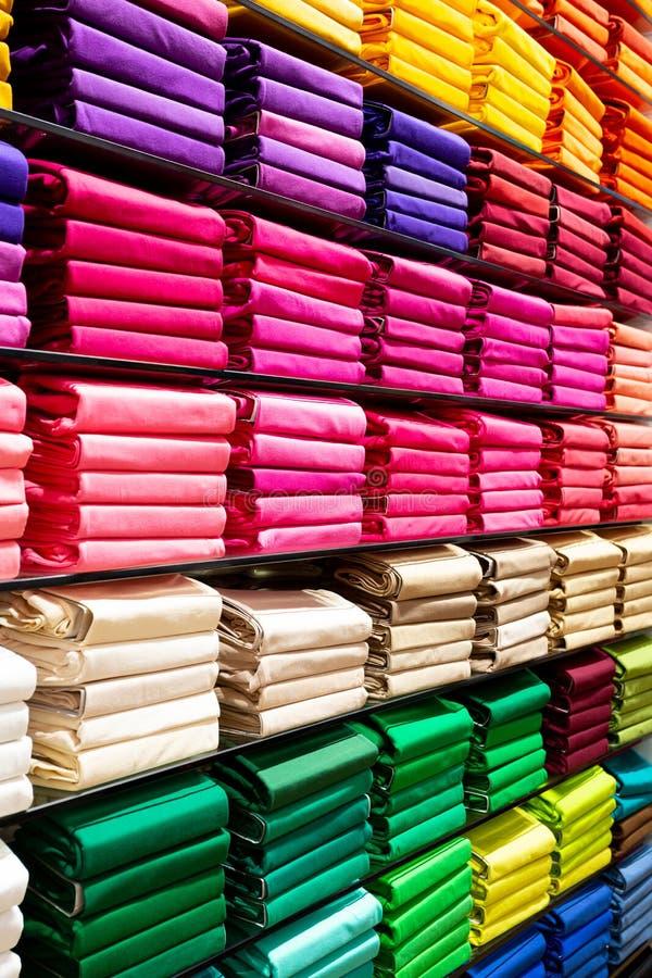 Kleurrijke keurig gestapelde kleding stock foto