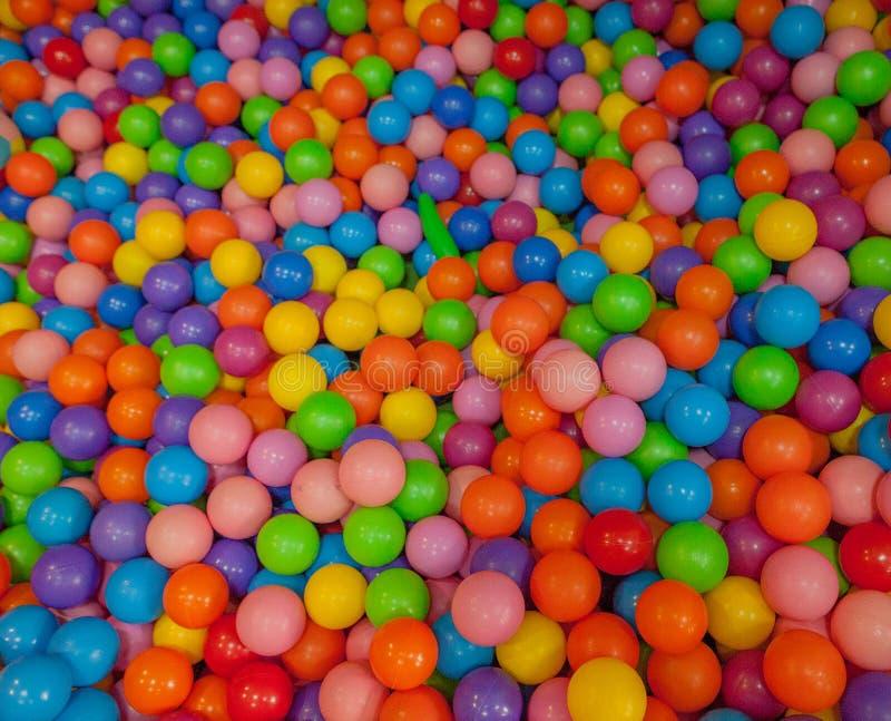 Kleurrijke kindballen Multi-colored plastic ballen Achildren` s speelkamer Achtergrondtextuur van multi-colored plastic ballen op royalty-vrije stock afbeelding