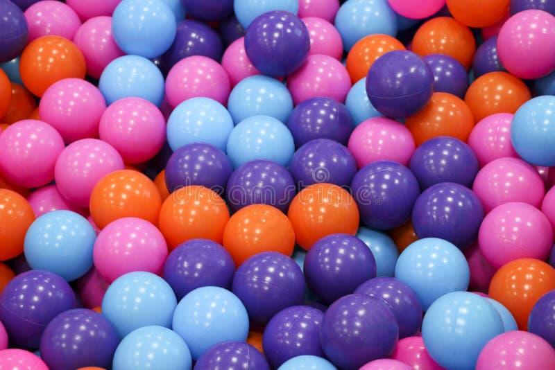 Kleurrijke kindballen Multi-colored plastic ballen Een kinderen` s speelkamer Achtergrondtextuur van multi-colored plastic ballen royalty-vrije stock fotografie