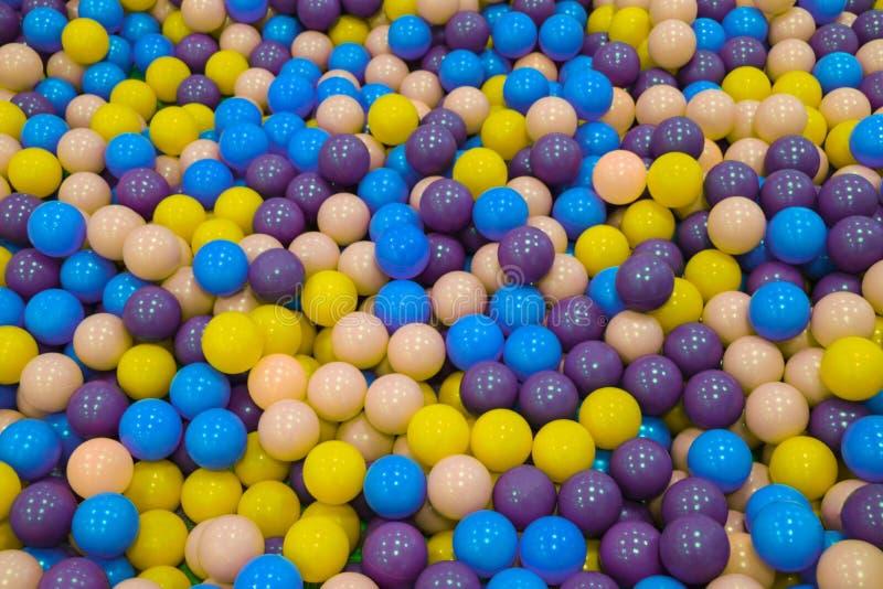 Kleurrijke kindballen Multi-colored plastic ballen Een kinderen` s speelkamer Achtergrondtextuur van multi-colored plastic ballen royalty-vrije stock afbeelding