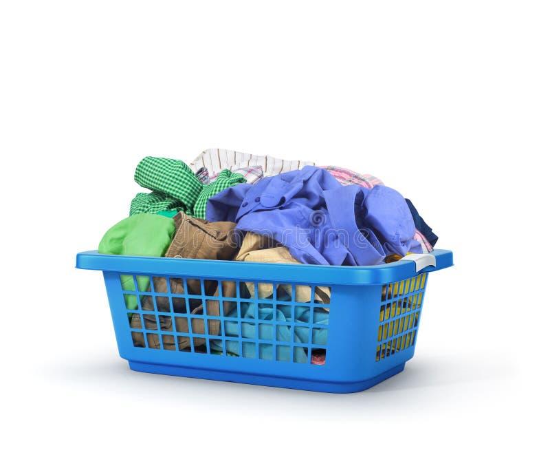 Kleurrijke kleren in een wasmand stock foto