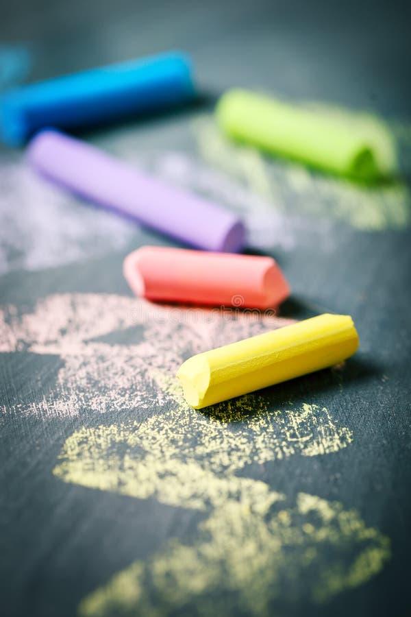 Kleurrijke kleurpotloden op het bord, het trekken Terug naar de Achtergrond van de School (EPS+JPG) royalty-vrije stock foto's
