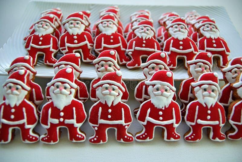 Kleurrijke kleurrijke Mengeling van Honey Cookies op een witte plaat, gevormde Santa Claus stock afbeeldingen