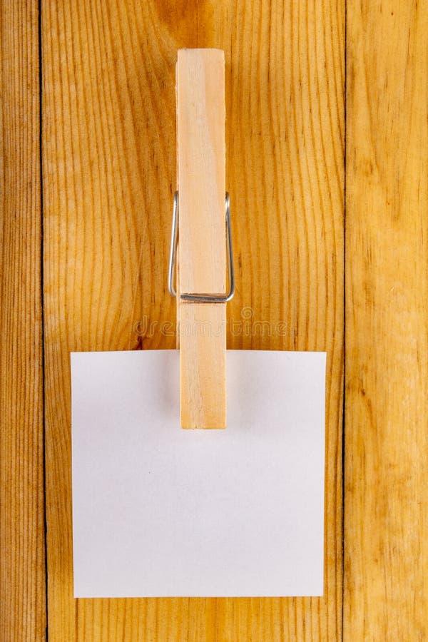 Kleurrijke kleverige die nota's op houten klemmen worden gehangen Kleverige nota's voor besparingsherinneringen op een houten lij royalty-vrije stock afbeeldingen