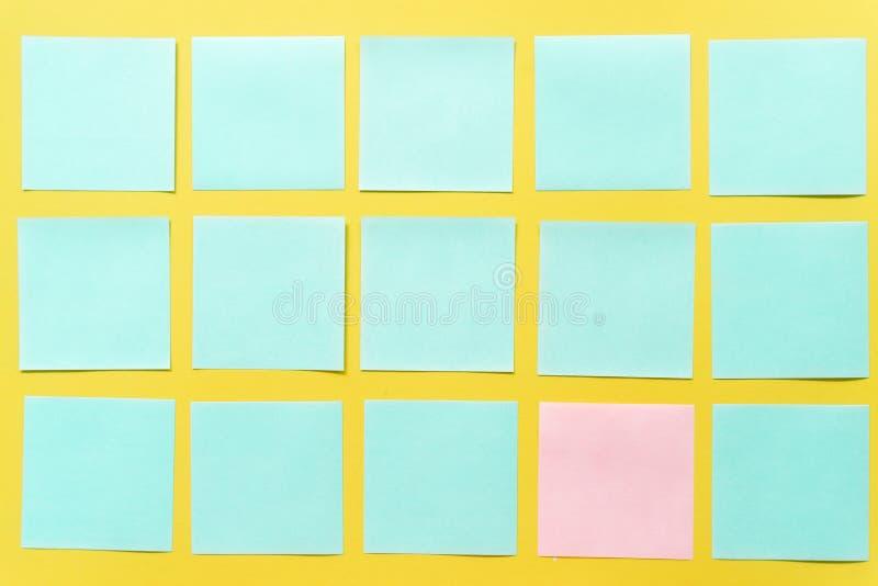 Kleurrijke kleverige nota's over een vrije gele ruimte als achtergrond stock foto