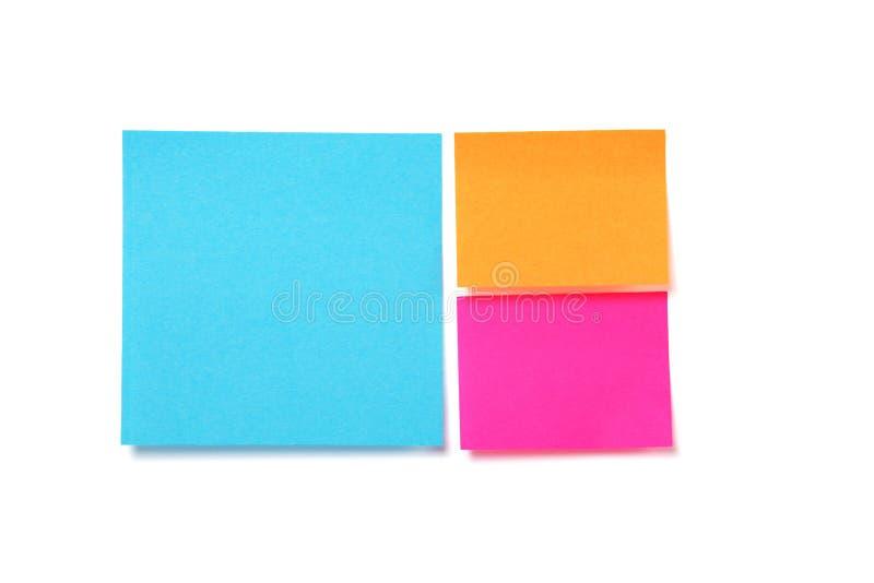 Kleurrijke kleverige notadocumenten over wit stock afbeeldingen