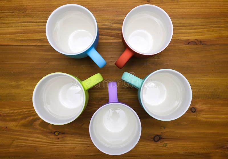 Kleurrijke koffiemokken stock fotografie