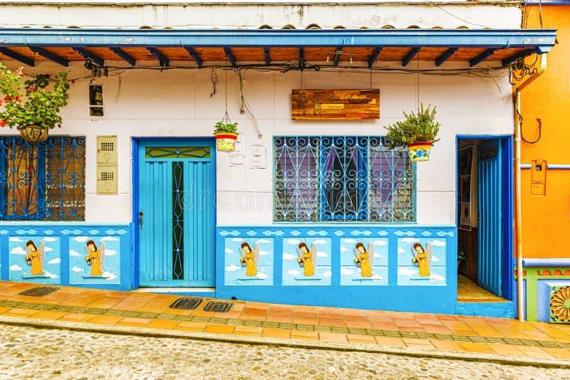 Kleurrijke koloniale huizen op een straat in Guatape, Antioquia in Co stock afbeeldingen