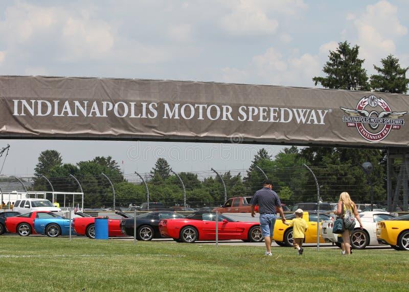 Kleurrijke Korvetten in lijn bij het Parkeerterrein van Indianapolis Motor Speedway royalty-vrije stock foto's