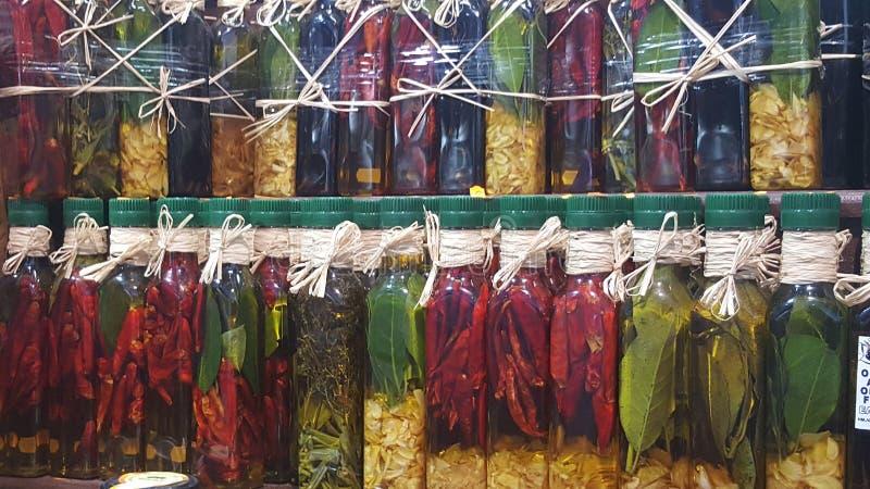 Kleurrijke kruiden en kruiden in een markt in Griekenland stock foto's